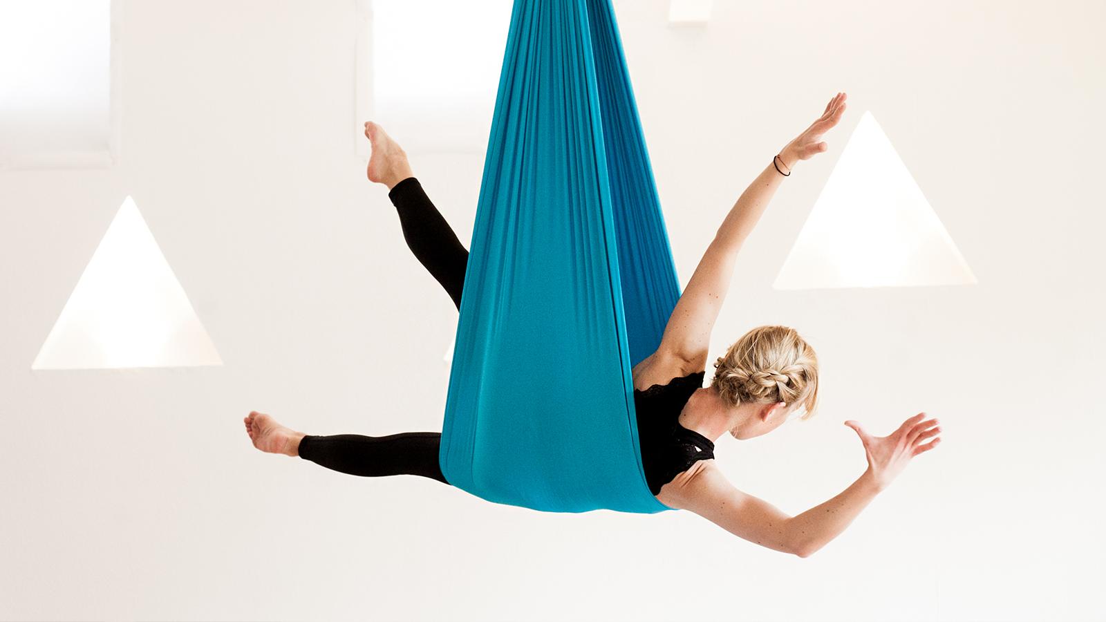 Sonja Ehrlich hat Flying Pilates entwickelt. Klassische Mattenübungen werden dabei in einem 3,70 Meter langen und 2,80 Meter breiten, von der Decke hängenden Tuch ausgeführt