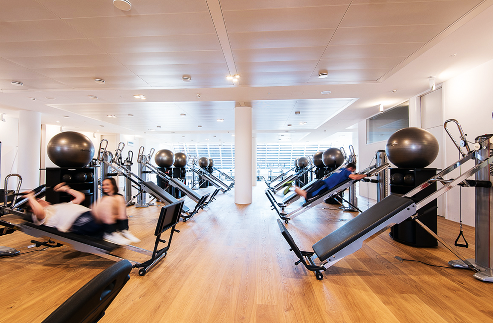 Die Fitnessebene ist puristisch eingerichtet. Dennoch gibt es alles, was Kunden für ein ausgewogenes Training benötigen