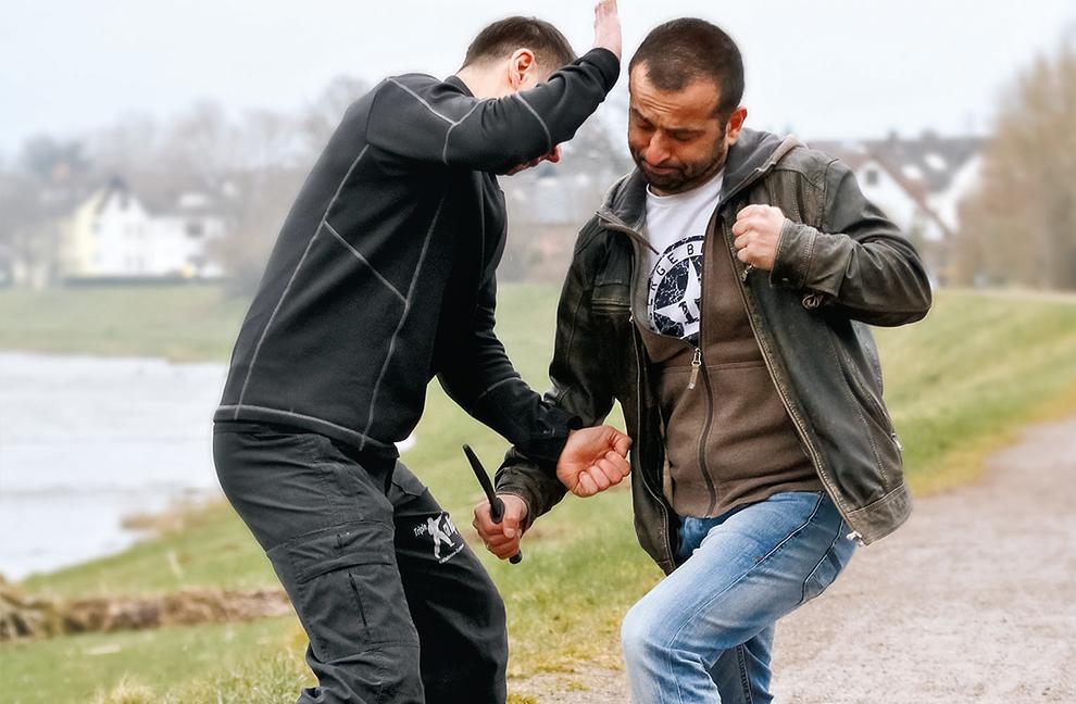 Abwehr eines Messerangriffs mit Schlagaktion zum Kopf des Angreifers