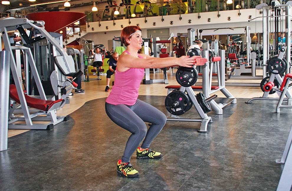 Mit langsamer und spannungsbetonter Ausführung wird der Körper – der Trainierende steht senkrecht auf dem ganzen Fuß – in die tiefe Hocke geführt, um dann mit dynamischem Tempo wieder aufzustehen.