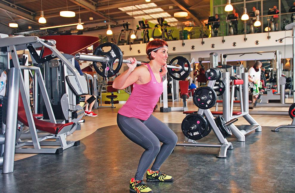 Die Beugungstiefe ist individuell. Die Blickrichtung ist geradeaus. Bei dieser Übung erreichen wir eine hohe Aktivierung der unteren Extremitäten und eine Stabilisation der Rumpfmuskulatur mit einer stabilen Beinachse.
