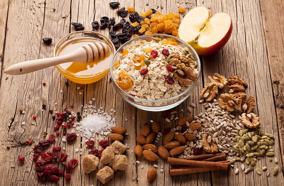 Kerne, Nüsse und Obst: Nicht nur als Frühstück eine wertvolle Mahlzeit. Fotos: Ksenija Toyechkina; Igor Palamarchuk/shutterstock.com