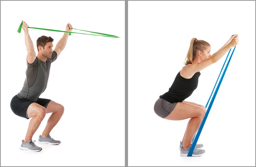 Übung 4: Mit beiden Händen ein powerband flex greifen und eine Kniebeuge einnehmen. Beide Hände überkopf ausstrecken und abwechselnd den gestreckten Arm nach unten absenken und wieder in die Ausgangsposition zurückkehren. Beide dargestellten Zugwinkel sind möglich.