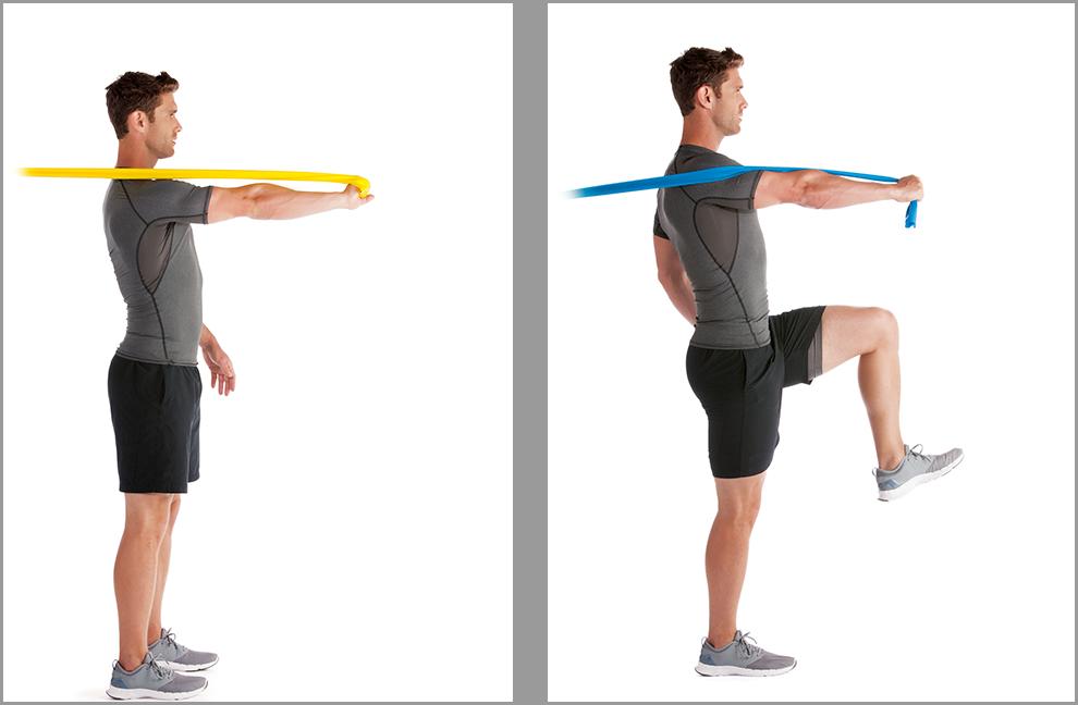 Übung 5: Serratus press. Mit einer Hand ein powerband flex greifen. Schritt 1: auf beiden Füßen stehen bleiben und den vollständig gestreckten Arm nur aus dem Schulterblatt herausschieben und wieder zurückziehen. Schritt 2: Die Übung kann auch auf einem Bein stehend durchgeführt werden.