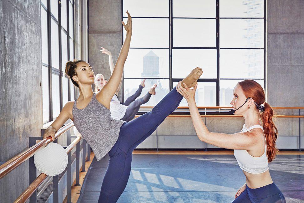 Kombination aus Training an der Ballettstange und Pilates Mattentraining